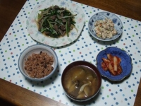 10/4 夕食 牛ハツ・ニラ・もやし炒め、こんにゃくの白和え、キムチ、シメジと揚げナスの味噌汁、寝かせ玄米