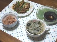 10/6 夕食 牛肉とレンコンとニラの蒸し炒め、刺身こんにゃく、ワカメともやしのスープ、寝かせ玄米