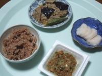10/8 昼食 豚・ナス・オクラの味噌炒め、納豆、べったら漬け、寝かせ玄米