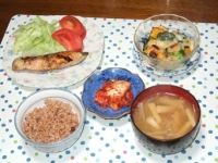10/21 夕食 秋鮭のバジルオイル焼き、かぼちゃとブロッコリーのチーズ焼き、キムチ、もやしと油揚げの味噌汁、寝かせ玄米