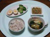 10/26 昼食 納豆、味付玉子、ブロッコリー、餃子入りわかめスープ、雑穀ごはん