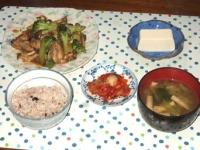10/26 夕食 カキとブロッコリーのオイスター炒め、冷奴、キムチ、小松菜と油揚げの味噌汁、雑穀ごはん