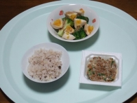 10/27 昼食 納豆、ブロッコリーと味玉のサラダ、雑穀ごはん