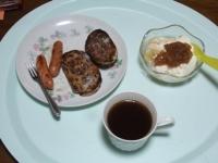 10/30 朝食 レーズンパン、ウインナー、豆乳ヨーグルト、コーヒー