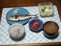 11/18 夕食 鯵の塩焼き、海老とブロッコリーと玉子のサラダ、キムチ、あさりの味噌汁、雑穀ごはん