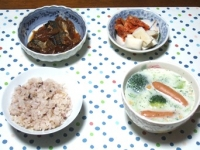 11/21 夕食 さんまの豆板醤煮、ソーセージとブロッコリーのスープ、キムチ、大根漬け、雑穀ごはん