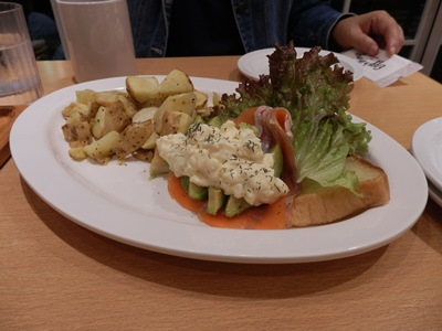 10/17 アボカドとサーモン、フレンチトーストのプレート eggs'n Things