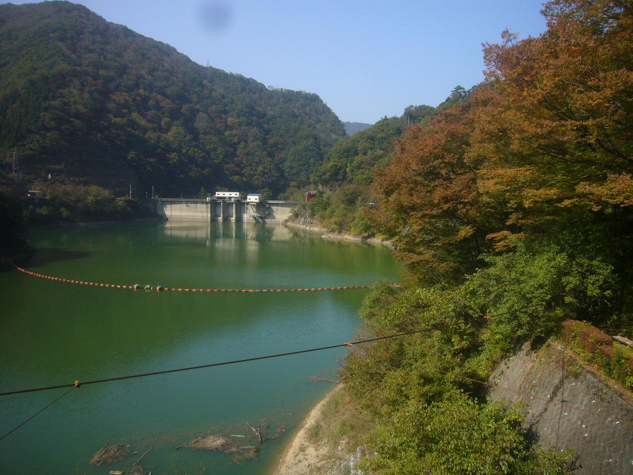 登山道入り口のつり橋から我谷ダム H27.10.21