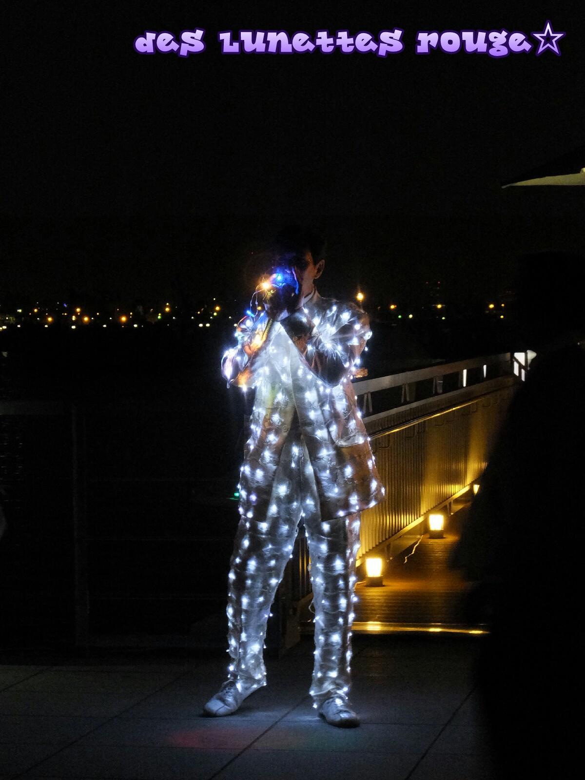 光るスーツ
