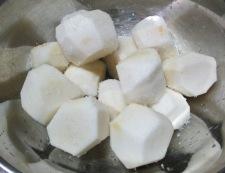 里芋と豚肉の煮物 【下準備】①
