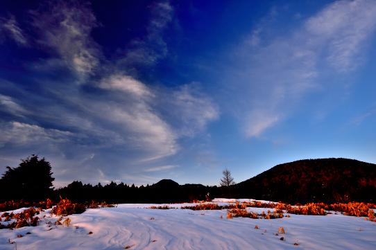 青空に雲の映える志賀高原の夕景