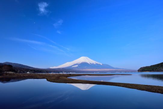 山中湖平野の湖面に映える霊峰富士山