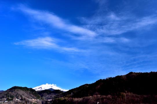 噴煙立ち昇る御嶽山と青空に映える雲