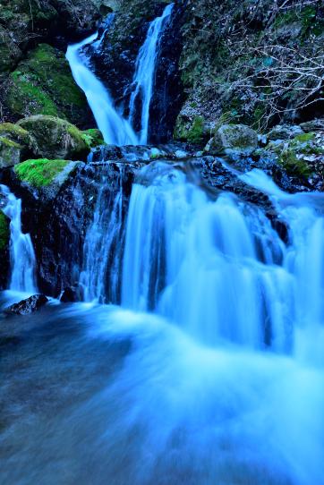 薄暮に鮮やかさを増す御殿滝