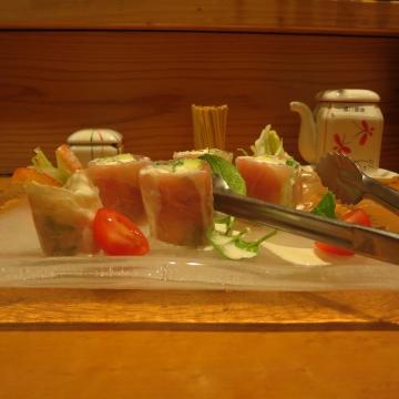 生ハムとクリームチーズ アボガドの生春巻きサラダ 800円