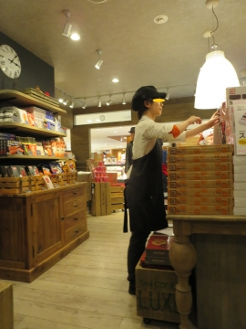 店内には、めんべいを始め明太子加工商品も色々売られてます