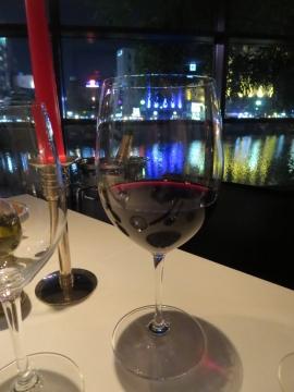 グラスの赤を