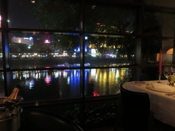 那珂川のネオンが食事の背景