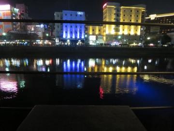 テーブルの前は那珂川