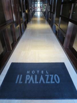 ホテルに入ると正面は鏡