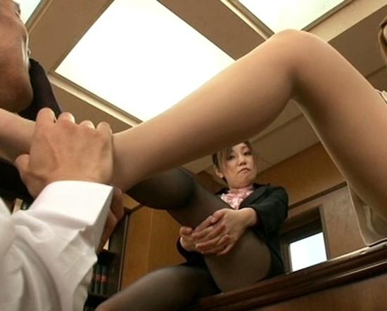 ドエスな痴女OL2人の蒸れたパンスト足裏で足コキ射精の脚フェチDVD画像3
