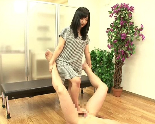 超絶にエロくて気持ちいい足コキ技を美少女の月野麻梨が披露の脚フェチDVD画像4