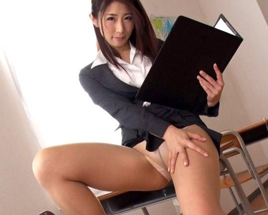 巨乳女教師が勉強をそっちのけで机の下から足コキ責めの脚フェチDVD画像1
