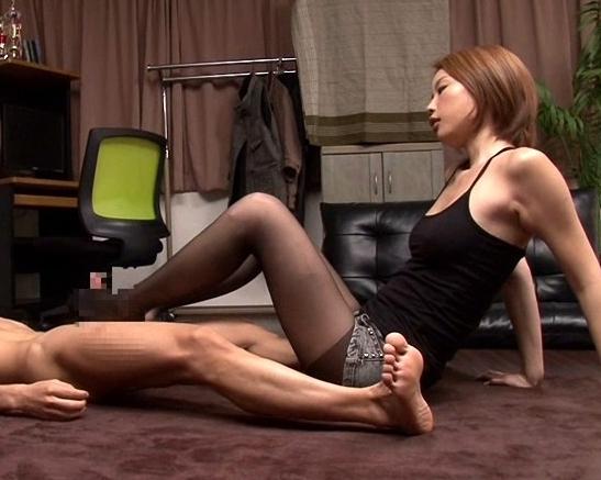 友達の姉に変態扱いされて黒パンストで足コキレ●プされるの脚フェチDVD画像5