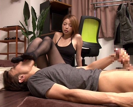 友達の姉に変態扱いされて黒パンストで足コキレ●プされるの脚フェチDVD画像2