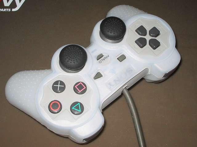 プレイステーション デュアルショックシリーズ (PlayStation DUALSHOCK) シリコンコントローラーカバー ホワイト 装着完了後のデュアルショック SCPH-1200 コントローラー