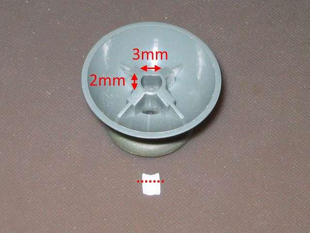 シリコンコントローラーカバー装着済み Xbox 360 コントローラーとカバー付きアナログスティックの干渉トラブル カットした綿棒のプラスチック軸を、アナログスティックの軸穴(2mm×3mm)に入るようにハサミでカット調節する