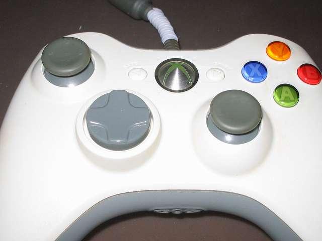 シリコンコントローラーカバー装着済み Xbox 360 コントローラーとカバー付きアナログスティックの干渉トラブル アナログスティック軸の高さ調節改造後、組み直した Xbox 360 コントローラー