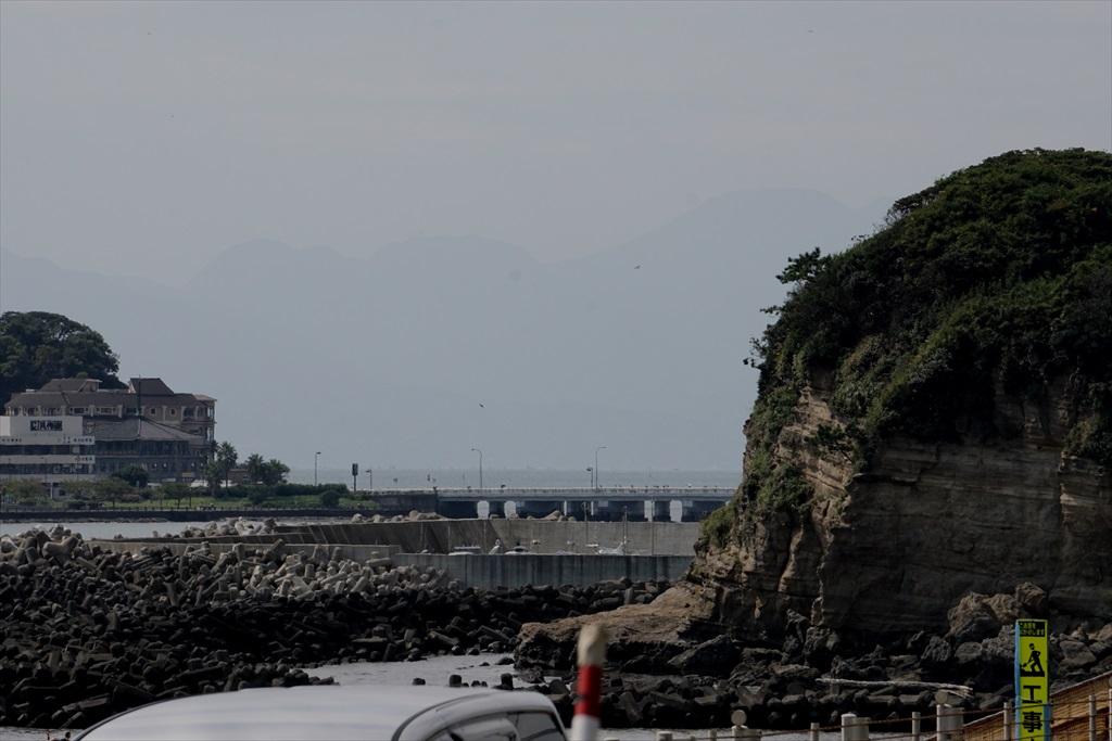 小動岬のすぐ左奥に富士山がうっすらと見える