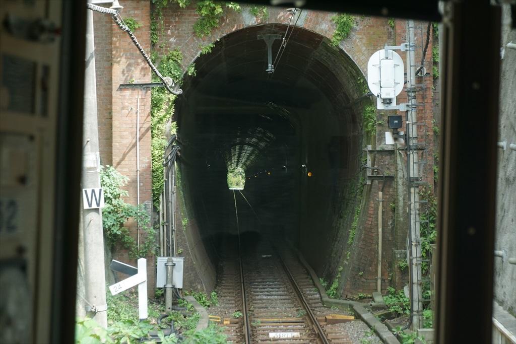 鎌倉行きの電車からみた極楽洞_1