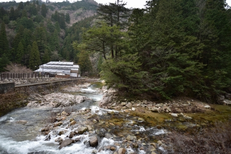 2渓流沿いの温泉