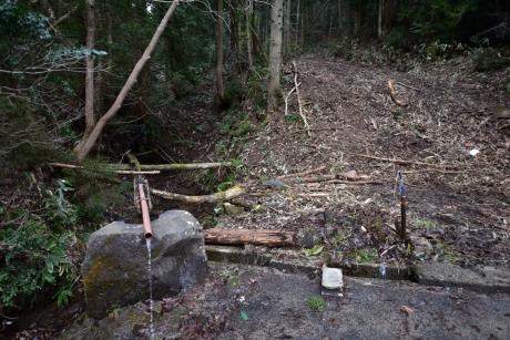 27中山峠に湧く水