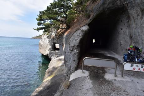 16トンネルの横にトンネル
