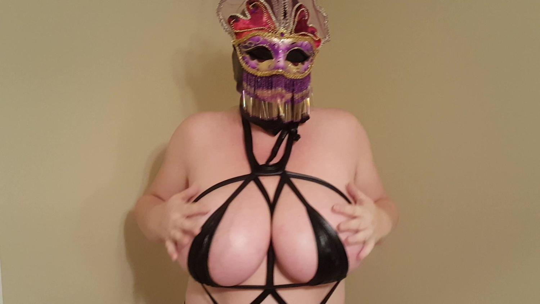 怪しいマスクが気になる!ムッチリ豊満ボディに紐みたいなエロ衣装!