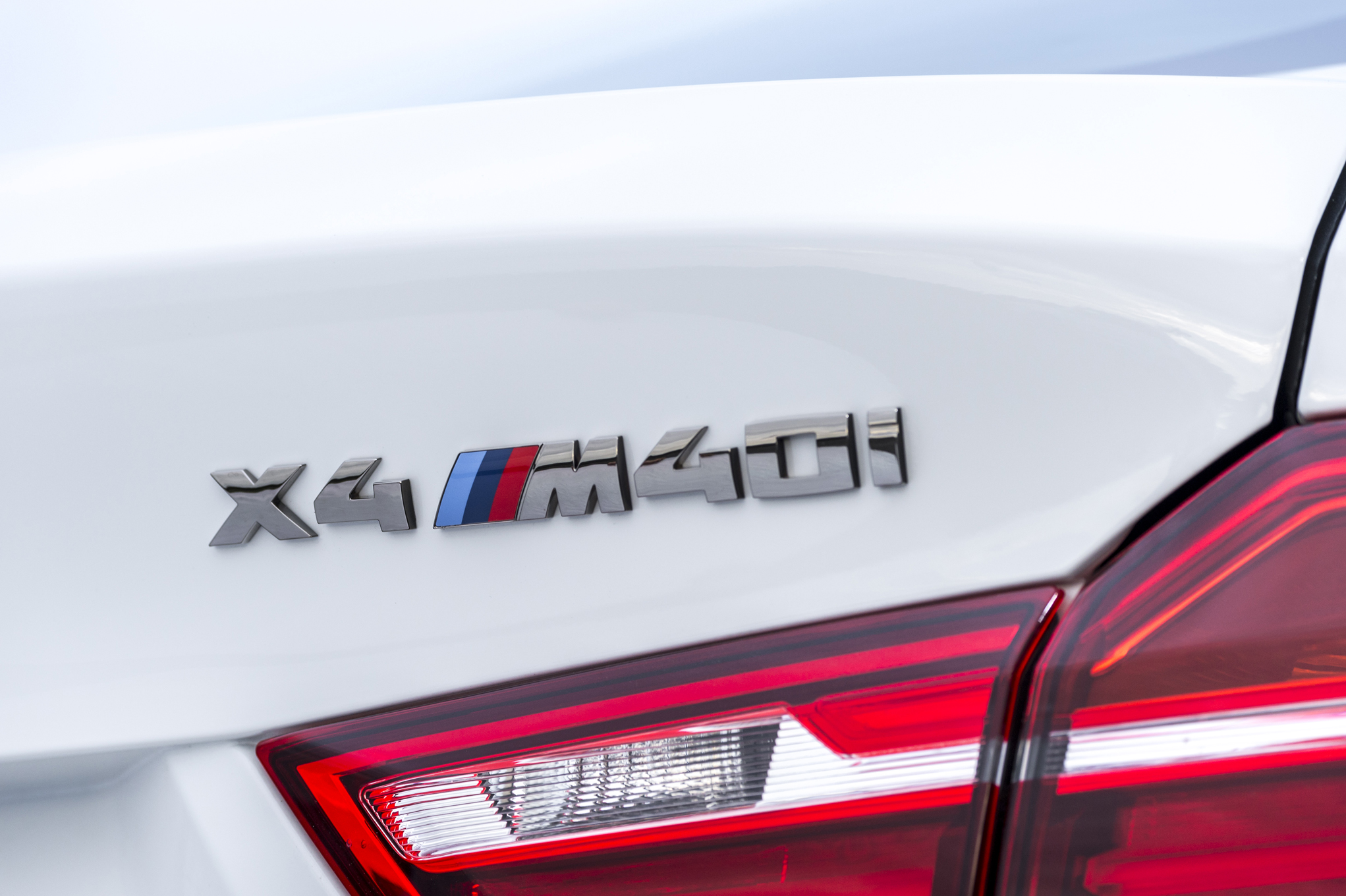 01-2016-BMW-X4-M40i-rear-badge.jpg