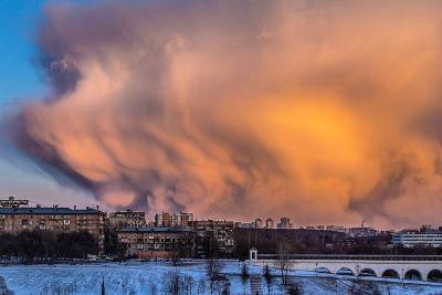 日没時のモスクワで巨大な雲moscow