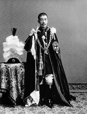 E382ACE383BCEガーター勲章の騎士団の正装をした大正天皇(1912年頃撮影)
