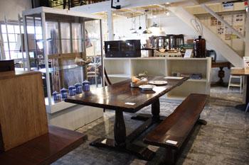 Co.restyle店内 ディスプレイ アンティーク ダイニングテーブル