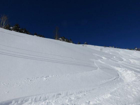 雪に埋まる山肌