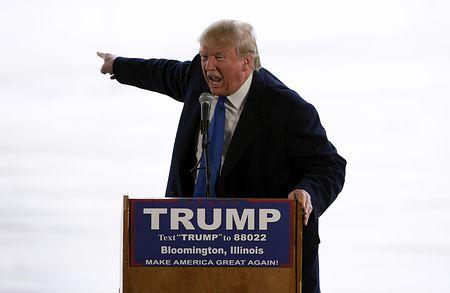 米大統領選の共和党指名争いの首位を走るドナルド・トランプ氏=13日、イリノイ州ブルーミントン(AFP=時事)