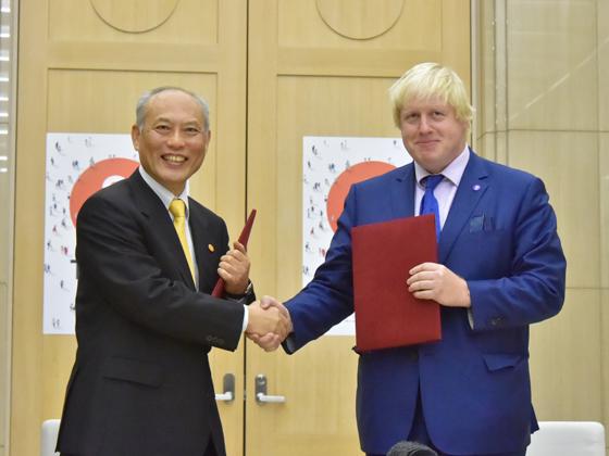 昨年10月、ロンドン市長のボリス・ジョンソン氏が来日し、 東京都議会にも訪れて挨拶をされたことがありました。