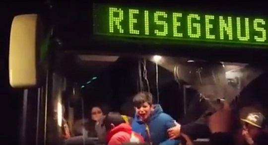 怒れるドイツ人の群衆が難民バスを襲撃