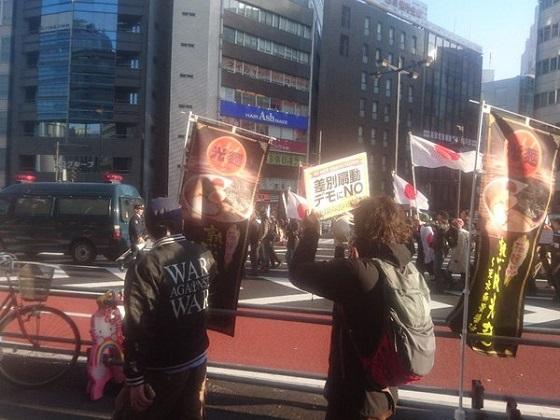 新宿。わかりやすい右の人が旭日旗掲げて「舛添リコール」「韓国学校作るな」っていう車道デモやってるなーと思ったら、NO WARって書いた服着たこれまたわかりやすい左の人が「差別反対」喚いてて草