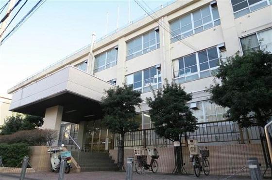 使途が注目される都立高校跡地=新宿区矢来町