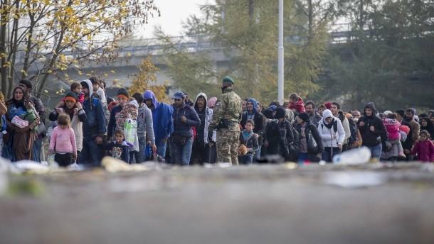 hunderte-fluechtlinge-warten.jpg