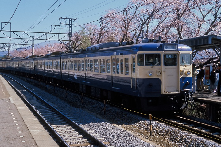 620405中央線新府駅_115系普通列車_003